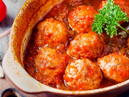 Кюфтета яхния с телешка кайма с много лук, ориз и доматено пюре в гювеч на фурна - снимка на рецептата